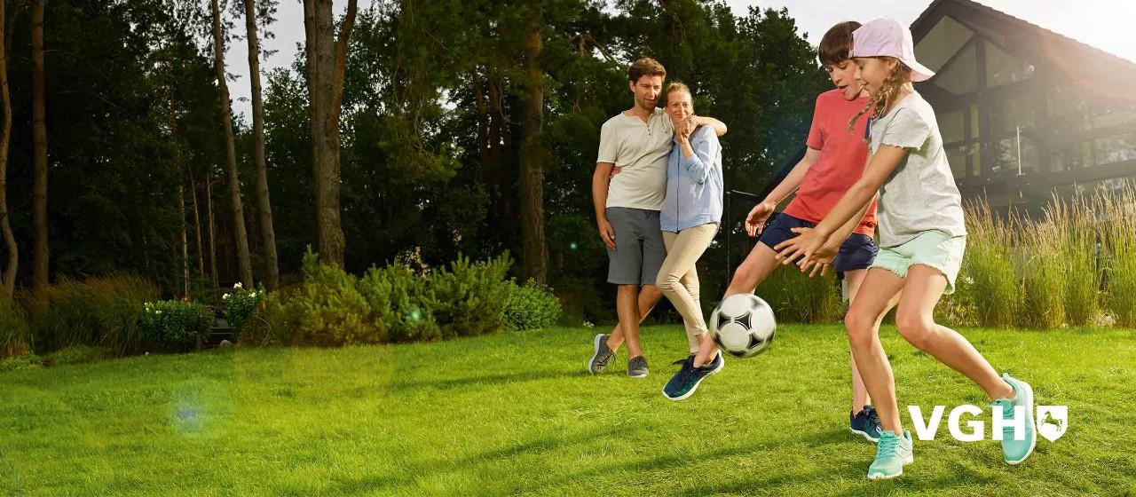 Kinder spielen im Garten Fußball